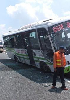 Xe khách vắt vẻo trên dải phân cách giữa cao tốc, hành khách hoảng sợ