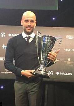 "HLV Pep Guardiola ""mỏi tay"" nhận các danh hiệu"