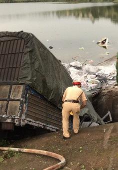 Đắk Nông: Xe tải mất lái lao xuống hồ, ba người nguy kịch