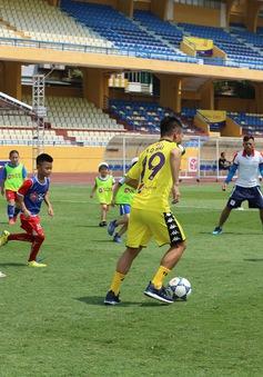 """Cầu thủ nhí hào hứng """"đội nắng"""" chơi bóng cùng sao U23 Việt Nam"""