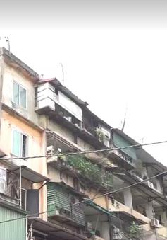 """Hà Nội: Nhiều nhà chung cư cũ """"chờ"""" sập"""