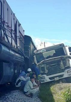 Nghệ An: Xe bồn bê tông bị tàu hàng đâm ngang khi cố băng qua đường sắt