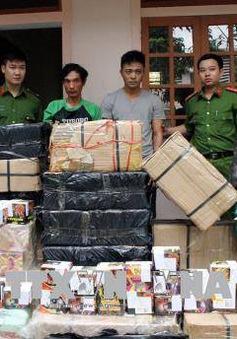 """Nghệ An bắt hai đối tượng dùng hoa quả """"ngụy trang"""", vận chuyển trái phép 630kg pháo"""