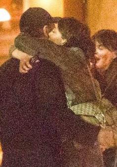 Leonardo DiCaprio công khai ôm hôn tình mới kém 23 tuổi