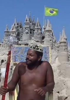 Người đàn ông xây lâu đài cát để cư trú