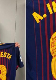 """Chiếc áo """"Siêu kinh điển"""" cuối cùng của Iniesta được trao cho Sergio Ramos"""