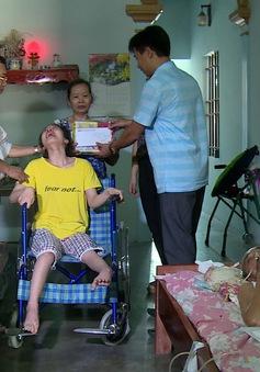 Người mẹ đau xót chăm chồng con bị liệt