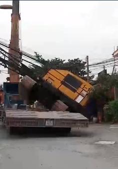 Xe cẩu rơi khỏi xe đầu kéo, đập vào 2 nhà dân
