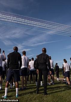 """ĐT Anh nhận quà """"độc"""" trước World Cup 2018 trên bầu trời"""