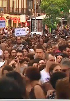 """Người Tây Ban Nha phản đối việc trả tự do cho nhóm """"Đàn sói"""""""