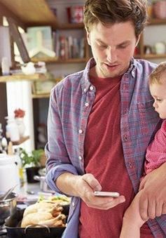 Cha mẹ thường xuyên dùng điện thoại sẽ ảnh hưởng xấu đến trẻ