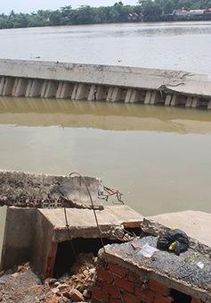 Hàng loạt sạp và ki ốt chợ rơi xuống sông Đồng Nai