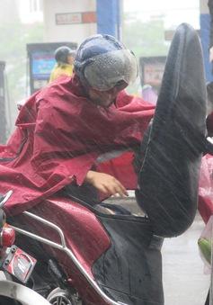 Phụ huynh đội mưa tầm tã ngóng chờ con thi THPT Quốc gia