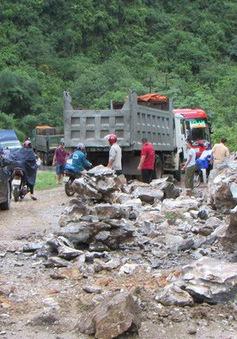 Nghệ An: Mưa lớn gây sạt lở đất đá, Quốc lộ 7 bị ách tắc cục bộ