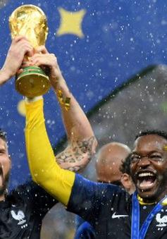 """FIFA World Cup™ 2018: Bỏ qua Chelsea, Arsenal chúc mừng """"quân mình"""" giành cúp vàng như thật"""