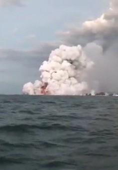 Dung nham núi lửa rơi trúng tàu du lịch Hawaii, 23 người bị thương