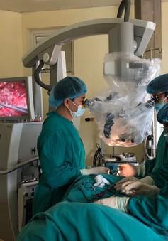 Phẫu thuật khối u tủy sống hiểm cho bệnh nhân người Lào