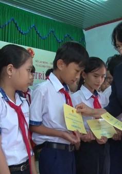 Phó Chủ tịch nước Đặng Thị Ngọc Thịnh thăm, tặng quà tại huyện Quế Sơn, Quảng Nam