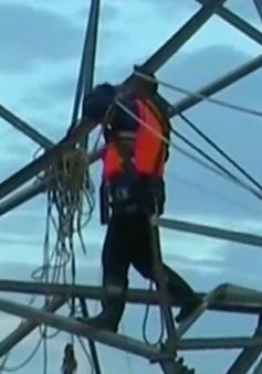 Trung Quốc: Giải cứu 8 kỹ sư điện mắc kẹt trong lũ lụt