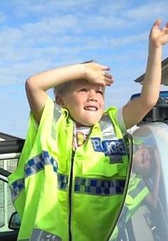 Bé 5 tuổi gọi đường dây nóng mời cảnh sát đến mừng sinh nhật