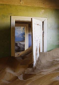 """Thị trấn kim cương nằm giữa sa mạc bị """"nuốt chửng"""" trong cát"""