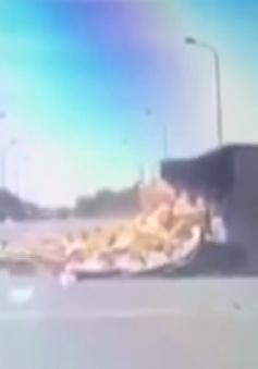 Xe tải tự gây tai nạn, lật nhào trên Đại lộ Thăng Long