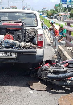 Xe máy va chạm với xe tải, 3 mẹ con thương vong