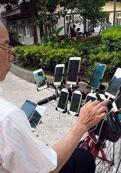 70 tuổi, dùng 11 smartphone hàng ngày đi xe đạp bắt Pokemon