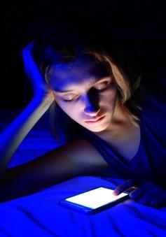 Nguy cơ mù lòa từ ánh sáng xanh của điện thoại
