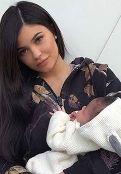 Nhân dịp sinh nhật lần thứ 21, Kylie Jenner khoe ảnh bên con gái đầu lòng