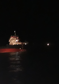 Tàu chở 1.600 tấn gạch có nguy cơ lật úp, 11 thuyền viên được cứu thoát
