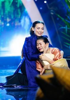 Phi Nhung nghẹn ngào trên sân khấu Sol Vàng tháng 8