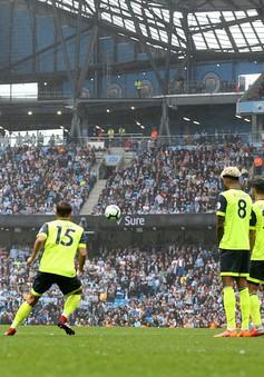 """VIDEO """"Đứng hình"""" với siêu phẩm sút phạt của Silva vào lưới Huddersfield"""