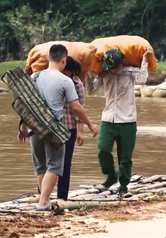 Người dân Lạng Sơn liều mình vượt sông bằng cầu tre