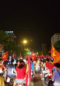 """Người hâm mộ """"vỡ òa""""  sau chiến thắng lịch sử của ĐT Olympic Việt Nam"""