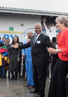 Thủ tướng Anh Theresa May nhảy tưng bừng với trẻ nhỏ