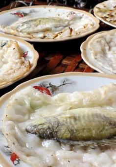 Thưởng thức bánh khoái cá kình nguyên con xứ Huế