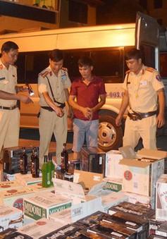 CSGT Công an TP Huế truy bắt xe vận chuyển 600 chai rượu lậu