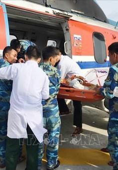 Điều trực thăng cấp cứu hai ngư dân gặp nạn tại Trường Sa