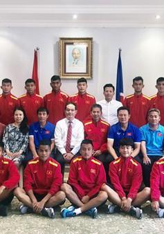 ĐT U19 Việt Nam thăm Đại sứ quán Việt Nam tại Qatar