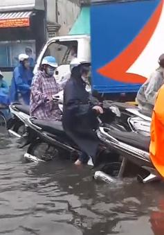 Mưa lớn, ngập sâu, nhiều xe chết máy tại TP.HCM