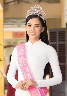 Về thăm trường cũ ở Quảng Nam, Hoa hậu Trần Tiểu Vy diện áo dài trắng đẹp ngẩn ngơ