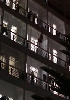 Quảng Ngãi: Thoát chết rơi từ tầng 7 sau 11 giờ đu bám như người nhện