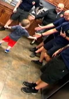 Cậu bé 3 tuổi được cả đội lính cứu hỏa mừng sinh nhật