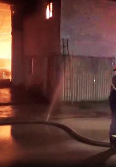 Cháy lớn tại nhà xưởng sản xuất đệm mút ở Bình Dương