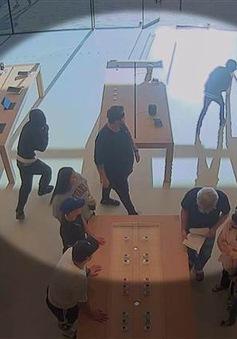Trộm giữa ban ngày tại cửa hàng Apple, lấy lượng hàng trị giá 30.000 USD