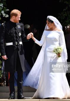 Trưng bày trang lễ phục cưới của Công nương Meghan và Hoàng tử Harry