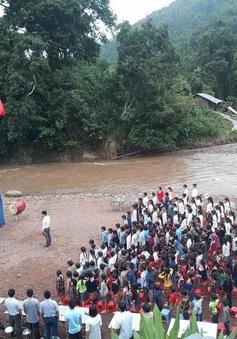 Học sinh Lai Châu khai giảng năm học mới bên dòng suối