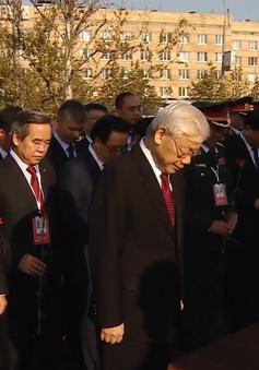 Tổng Bí thư Nguyễn Phú Trọng dâng hoa tại tượng đài Bác Hồ ở Liên bang Nga