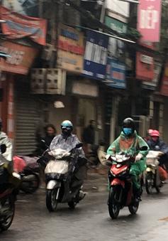 Người Hà Nội đi làm trong thời tiết mưa lạnh, giá buốt